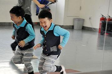 让我们与舞蹈同行-北京儿童芭蕾培训